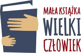 Logo ogólnopolskiej kampanii Mała książka wielki człowiek. Dłonie trzymają niebieską książkę, obok napis: Mała książka wielki człowiek
